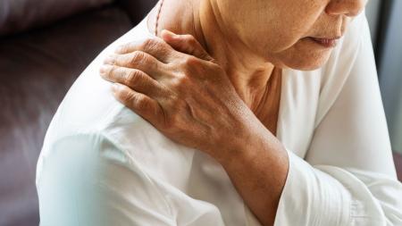 심한 어깨 통증 '오십견'...조기에 적극 치료해야