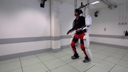 사지마비 청년, '로봇옷' 입고 걷다...뇌파로 작동