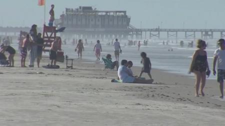 미국 코로나19 사망자 10만 명 근접...해변에 인파 몰려