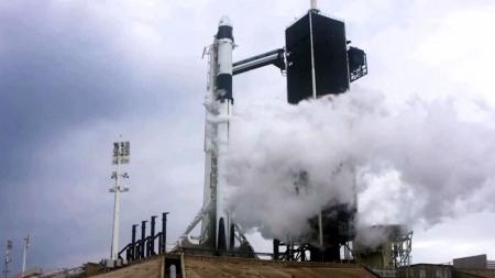美 첫 민간 유인 우주선 발사 연기...사흘 후 재발사