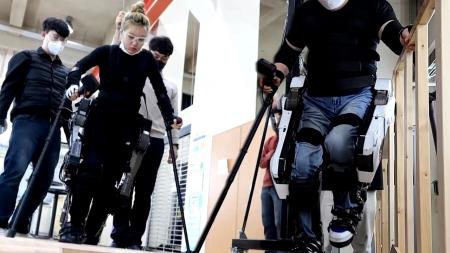 [사이언스 취재파일]'로봇 입고 다시 걷다'…장애인 두 다리 돼 주는 '로봇 슈트'