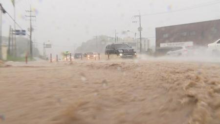 유례없는 중부 폭우...태풍 수증기가 키운 '물 폭탄'