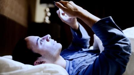 잠들기 전에 스마트폰 등 전자기기 노출 많으면 정자 질 떨어져