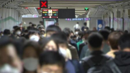 1단계 조정 후 첫 주말, 대중교통·휴대폰·카드 사용량↑