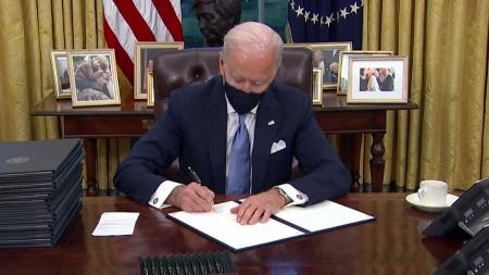 바이든 첫 행정명령 마스크 의무화 등 17건 서명