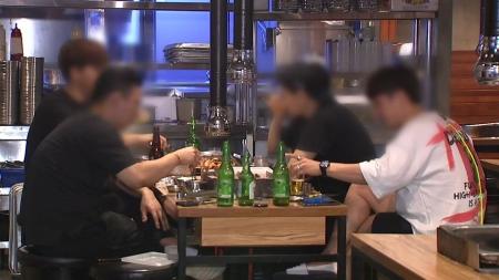 """위드 코로나 전환 '징검다리'...""""8인 모임·자정 영업 검토"""""""