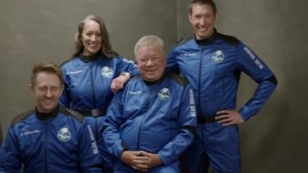 90살 '스타트렉' 커크 선장, 10분간의 우주 여행 성공