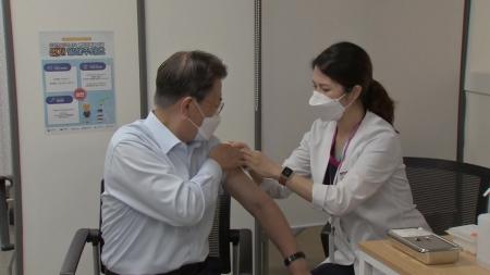 문 대통령, 코로나19 백신 부스터샷 접종