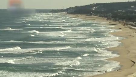 바다에서만 파도가 치는 이유는?